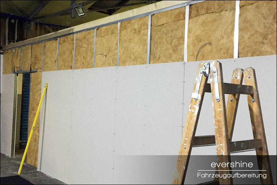 Trockenbauwand im Aufbau