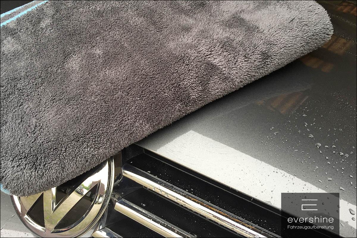 Trockentuch auf Fahrzeuglack
