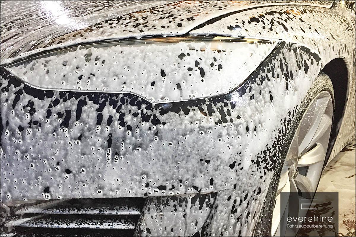 Eingeschäumter Tesla Model S