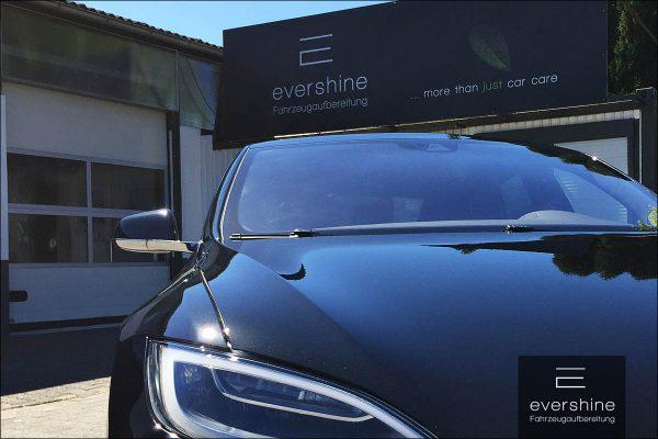 Tesla Model S und Firmenschild evershine