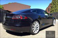 gränzender Tesla in der Sonne