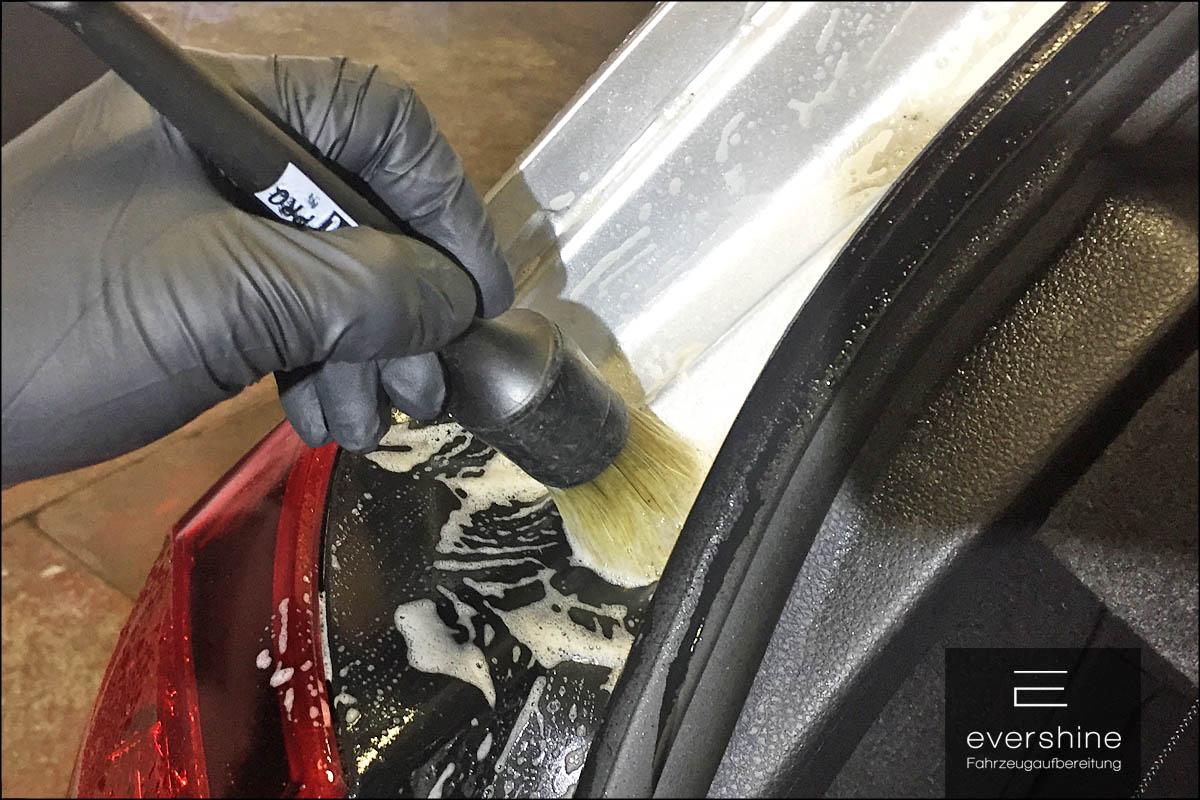 Reinigung der Kanten mit einem Pinsel