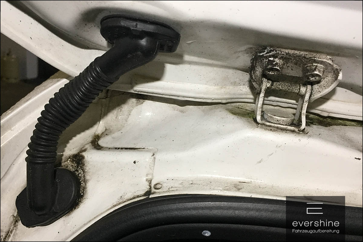 verschmutzte Kofferraumkante