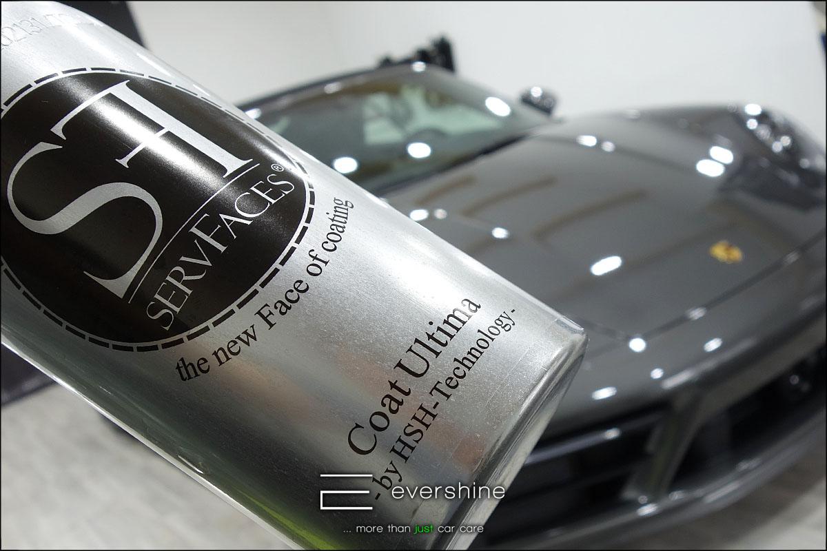 Das Bild zeigt die Keramikversiegelung für einen Porsche 992 4S in der Farbe grau. Im Hintergrund befindet sich das Fahrzeug. Das Fahrzeug ist ein Porsche 992 Carerra 4S mit Keramikversiegelung. Das Foto wurde bei evershine Fahrzeugaufbereitung in Gelsenkirchen aufgenommen